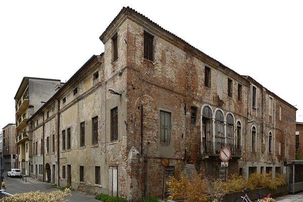 Vista della casa dall'angolo Sud/Est; da notare le aggiunte e i rifacimenti. Un recupero comporterebbe scelte difficili e lo scavo della strada con conseguente restringimento della stessa e problemi di smaltimento dell'acqua piovana